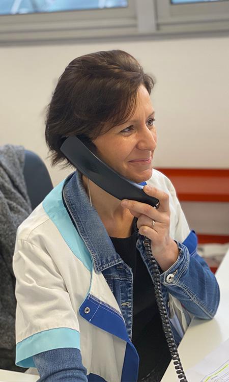 Nancy Martin secrétaire autour du pied